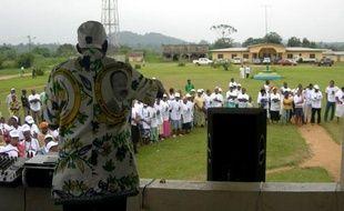 Les bureaux de vote censés accueillir quelque 700.000 électeurs gabonais, ouverts avec au moins une heure de retard, ont connu peu d'affluence samedi matin, pour un scrutin législatif semblant dores et déjà acquis au Parti démocratique Gabonais du président Ali Bongo.