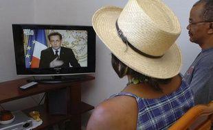 Un couple regarde l'intervention de Nicolas Sarkozy sur RFO depuis Pointe-à-Pitre en Guadeloupe le jeudi 19 février 2009.