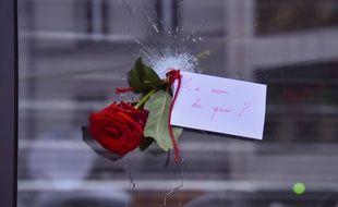 Rue de Charonne à Paris. Une fleur a été glissée dans un impact de balle. Credit:LIONEL URMAN/SIPA