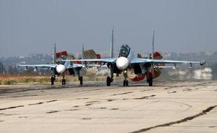 Des avions russes Sukhoï SU-24 atterrissent à la base aérienne de Hmeimim, dans la province de Lattaquié, le 3 octobre 2015 en Syrie