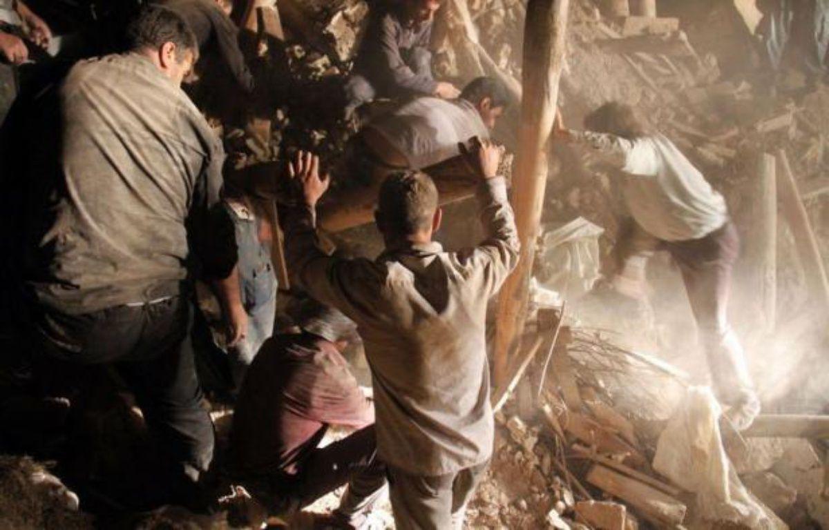 Les villageois et secouristes s'activaient dimanche à déblayer à l'aide de pelles les décombres pour trouver d'éventuels survivants des deux séismes dans lesquels 250 personnes ont été tuées et plus de 2.000 blessés la veille dans le nord-ouest de l'Iran. – Farshid Tighehsaz afp.com