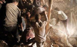 Les villageois et secouristes s'activaient dimanche à déblayer à l'aide de pelles les décombres pour trouver d'éventuels survivants des deux séismes dans lesquels 250 personnes ont été tuées et plus de 2.000 blessés la veille dans le nord-ouest de l'Iran.