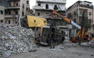 La plus importante force islamiste combattant le régime en Syrie s'est emparée samedi de dépôts d'armes à la frontière turque appartenant à des rebelles rivaux, a rapporté l'Observatoire syrien des droits de l'Homme (OSDH).