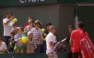 Gulbis, hué à sa sortie du court, est revenu pour signer des autographes, le 24 mai 2015.