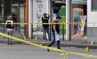 Des policiers près des lieux de l'attaque.