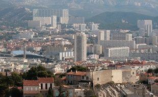 Vue gŽnŽrale de la ville de Marseille depuis notre dame de la garde. Le boulevard Michelet qui passe devant le stade velodrome