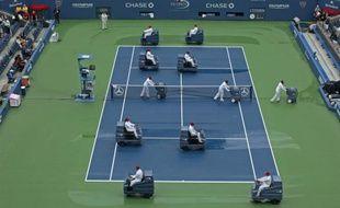 Le court central de l'US Open, asséché par les techniciens du tournoi après les intempéries, le 7 septembre 2011 à New York.