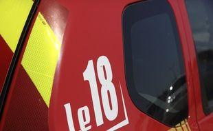 Un camion de pompiers et pompières. (illustration)
