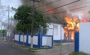 Une capture d'une vidéo montrant un commissariat de Kingston (Jamaïque) incendié, dimanche 23 mai 2010