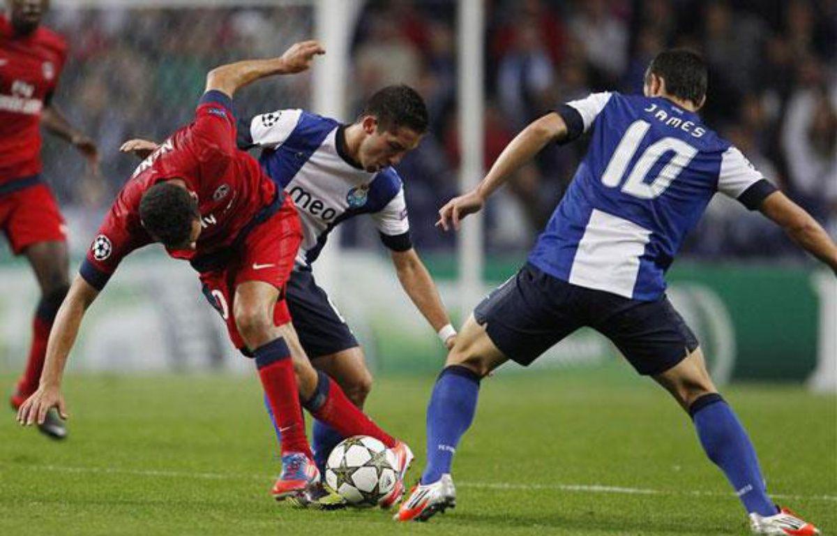 Nenê pris en tenaille par Moutinho et James, le 3 octobre 2012 à Porto. – R.Marchante/REUTERS