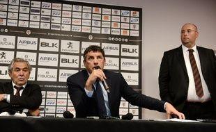 Didier Lacroix, le nouveau président du Stade Toulousain, entre son prédécesseur René Bouscatel et Jean-François Jeanne, directeur général France d'Infront, le 30 mai 2017 à Toulouse.