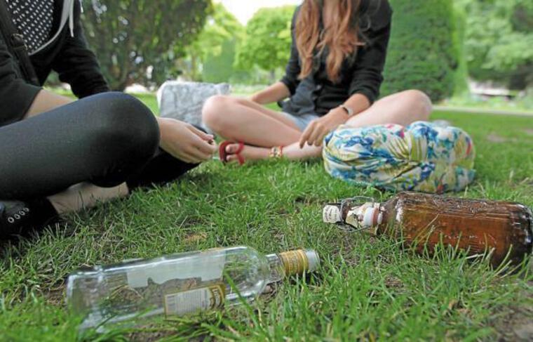 Il n'est pas rare de trouver des cadavres de bouteilles vides, l'été, dans les parcs de la ville.