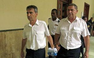 Les pilotes Bruno Odos et Pascal Fauret, le 17 juin 2014 dans un tribunal à Saint-Domingue (République dominicaine).