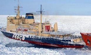 Deux Français, Sébastien Roubinet et Vincent Berthet, bloqués dans l'Arctique après s'être lancés début juillet dans la traversée du Pôle Nord à bord d'un catamaran char à voile, ont annoncé mercredi avoir été sauvés par un brise-glace russe.