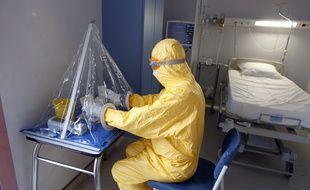 Pour faire face à cette maladie extrèmement contagieuse, les hôpitaux parisiens ont un matériel spécial pour protéger le personnel médical.