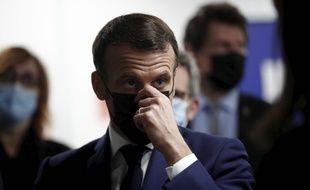 Emmanuel Macron a annoncé un délai de quatre à six semaines avant un possible allègement des mesures.