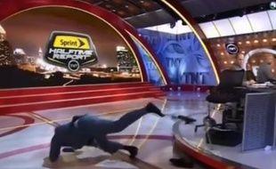 Shaquille O'Neal s'est pris les pied dans le tapis sur un plateau télé, le 6 mai 2015.
