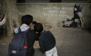 Une peinture murale apparue vendredi dans le centre de Londres a été attribuée par des experts au célèbre artiste britannique Banksy.
