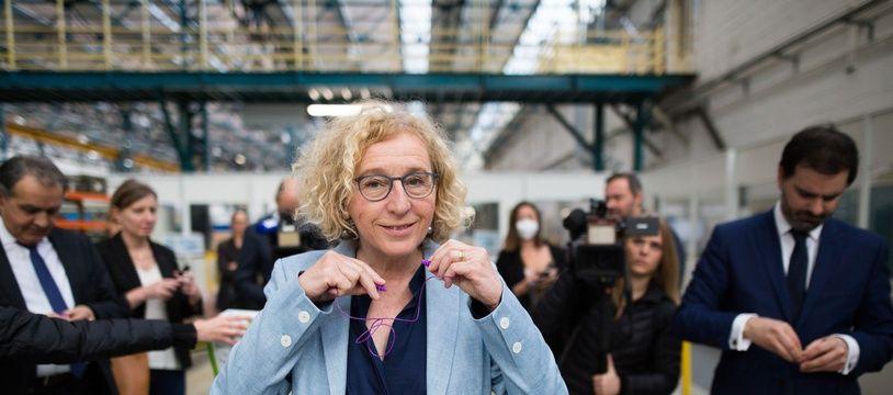 La ministre du Travail Muriel Pénicaud, lors d'une visite de l'usine Alkan à Valenton, le 6 mai 2020.
