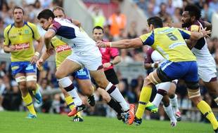 Bordeaux's French fly half Pierre Bernard (L) runs with the ball during the French Top 14 rugby union match between Union Bordeaux-Begles (UBB) and Clermont on October 4, 2014 at the Chaban-Delmas stadium in Bordeaux. AFP PHOTO / NICOLAS TUCAT