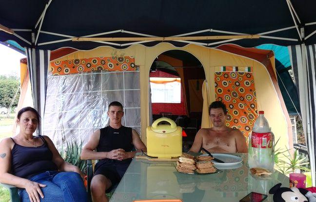 De Haute-Saône, Valérie et René (de gauche à droite) sont venus passer une semaine de vacances au camping de Mélisey, le moins cher de France, où Cyril, au chômage, a décidé de s'installer à l'année.