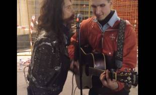 Steven Tyler chante avec un inconnu à Moscou