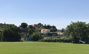 L'autoroute A7 longe le stade de La Martine à Marseille.