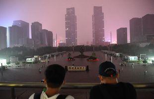 Des passagers sont bloqués à la gare de Zhengzhou Est à Zhengzhou, capitale de la province du Henan (centre de la Chine), le 20 juillet 2021.