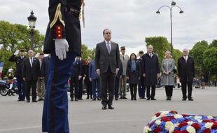 Le président français François Hollande devant la statue du Général de Gaulle à Paris le 8 mai 2015