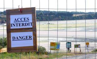 Photo des barrières qui bloquent l'accès à la plage de Morieux, près de Saint Brieuc, interdite au public en raison de la présence d'algues vertes, le 24 juillet 2011.