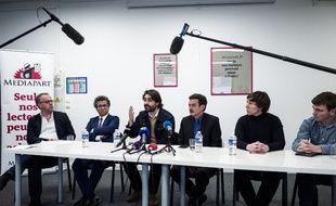 Les journalistes de Mediapart autour du fondateur du journal en ligne, Edwy Plenel