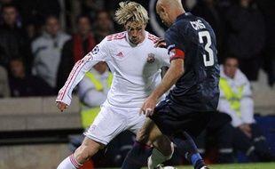 L'attaquant Fernando Torres (à gauche) au duel face au défenseur Cris, lors du match Lyon-Liverpool en Ligue des champions, mercredi 4 novembre 2009.