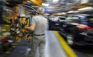 Un employé travaille à l'assemblage d'un Peugeot 308 à Sochaux, dans l'est de la France, le 6 mars 2014