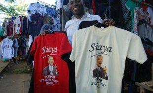 Hosea Owuor, présente un T-shirt à l'effigie du président américain, le 18 juillet 2015 sur son stand à Kisumi (Kenya), où doit se rendre prochainement Barack Obama