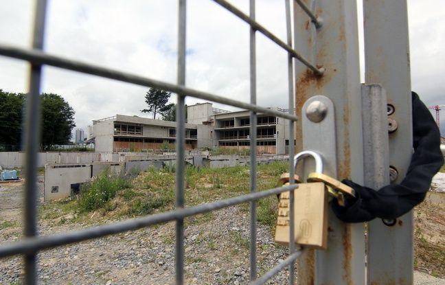 Le chantier de l'école de la Courrouze est arrêté depuis 2014 et la découverte d'une pollution des sols.