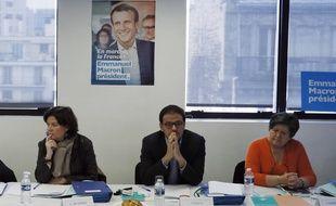Cédric O (au centre) pendant la campagne d'Emmanuel Macron,  à Paris le 25 février 2017.