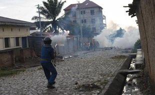 La police burundaise réprime avec des gaz lacrymogènes une manifestation contre la décision du président Pierre Nkurunziza de se présenter à un troisième mandat, le 8 mai 2015 à Nyakabiga, près de Bujumbura
