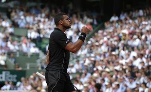 Jo-Wilfried Tsonga face à Kei Nishikori en quarts de finale de Roland-Garros, le 2 juin 2015.