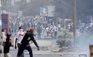 """Des affrontements ont éclaté mercredi sur le campus de l'université de Dakar pour protester contre la mort d'un étudiant lors de la dispersion d'un rassemblement de l'opposition qui a promis une """"nouvelle stratégie"""" face au président Abdoulaye Wade."""