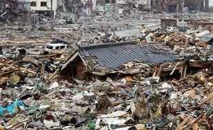 Le toit d'une maison détruite par le tsunami à Onagawa, le 14 mars 2011.