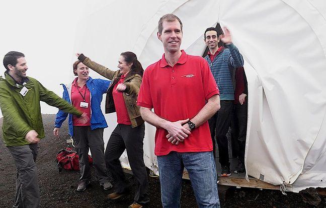 Cyprien Verseux (à dr.) et les cinq autres volontaires qui ont participé à une simulation de vie sur Mars sortent du dôme où ils étaient confinés, le 29 août 2016.