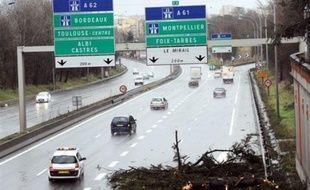 Les violentes bourrasques ont provoqué des centaines d'interventions des pompiers essentiellement pour des chutes d'arbres et de pilones électriques qui ont privé d'électricité, selon ERDF (Electricité Réseau Distribution France), 1,2 million de foyers.