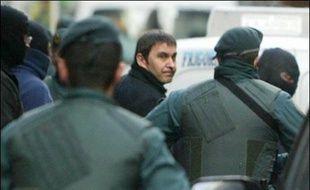 Le leader indépendantiste basque Arnaldo Otegi est arrêté par les policiers espagnols à Elgoibar, le 21 mars 2007.