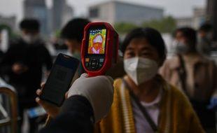 Prise de température des passagers à la gare de Wuhan, le 8 avril 2020.