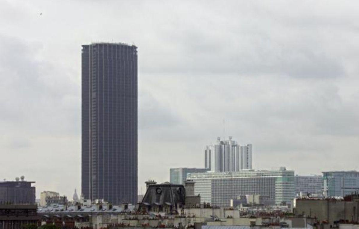 """Les copropriétaires de la Tour Montparnasse ont assuré mercredi qu'il n'y avait """"actuellement pas de risque sanitaire"""" lié à la présence d'amiante dans le célèbre bâtiment parisien, après la publication d'un rapport d'expert attribuant des pollutions récentes à des """"lacunes"""" dans les travaux. – Joel Saget AFP"""
