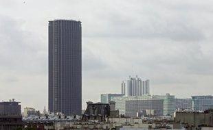 """Les copropriétaires de la Tour Montparnasse ont assuré mercredi qu'il n'y avait """"actuellement pas de risque sanitaire"""" lié à la présence d'amiante dans le célèbre bâtiment parisien, après la publication d'un rapport d'expert attribuant des pollutions récentes à des """"lacunes"""" dans les travaux."""