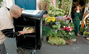 Deux fois par jour, les livreurs viennent collecter les colis chez les commerçants adhérents.