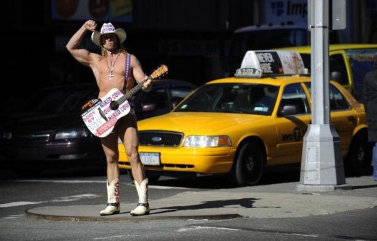 """Pendant 13 ans, le """"cow-boy nu"""" a fait régner sa loi sur Times Square à New York. Mais un """"Indien nu"""" vient d'entrer dans la ville. La guerre est depuis déclarée. – Emmanuel Dunand afp.com"""