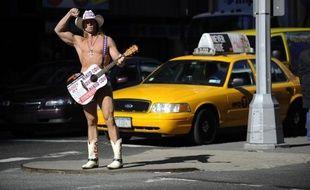 """Pendant 13 ans, le """"cow-boy nu"""" a fait régner sa loi sur Times Square à New York. Mais un """"Indien nu"""" vient d'entrer dans la ville. La guerre est depuis déclarée."""