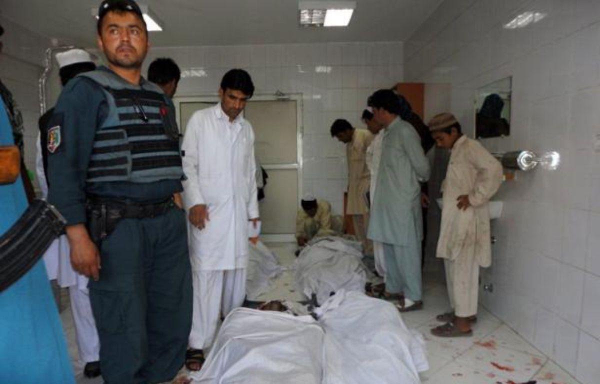Vingt-et-une personnes sont mortes, dont trois soldats de l'Otan, et des dizaines d'autres ont été blessées dans un attentat suicide survenu mercredi dans le sud-est de l'Afghanistan. – Strdel afp.com